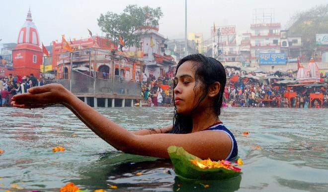 अनंत गुना फल देने वाले त्योहार मकर संक्रांति पर हजारों श्रद्धालुओं ने गंगासागर में किया स्नान