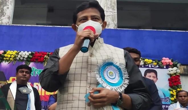 ममता बनर्जी को बड़ा झटका, वन मंत्री राजीब बनर्जी ने दिया इस्तीफा
