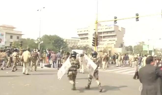 दिल्ली पुलिस की प्रदर्शनकारी किसानों से अपील, बोले- कानून हाथ में नहीं लें, शांति बनाए रखें