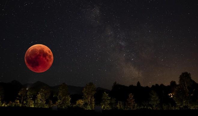 जल्द लगने जा रहा है साल का आखिरी चंद्र ग्रहण, इस राशि के लोगों पर आ सकता है संकट
