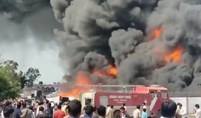 पाइप के गोदाम में लगी भीषण आग, आस-पास के घर करवाएं खाली