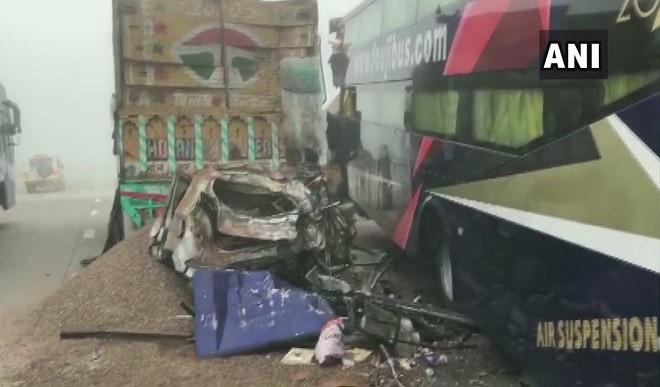 आगरा-लखनऊ एक्सप्रेस-वे पर ट्रक से टकराई कार, छह लोगों की मौत