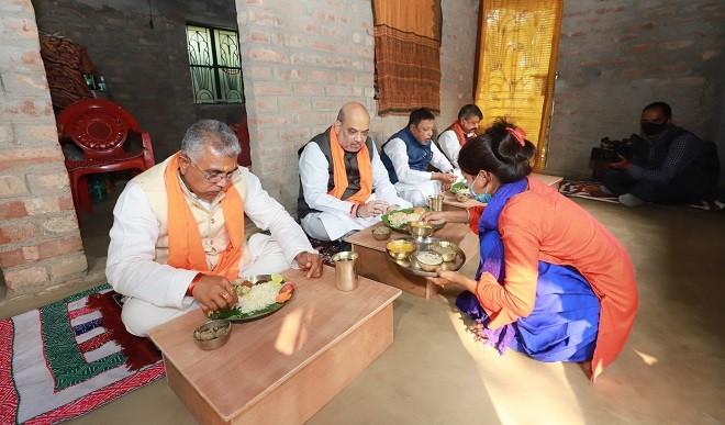 पश्चिम बंगाल में हिंदू शरणार्थी के घर अमित शाह ने खाया खाना, दिया CAA का संकेत