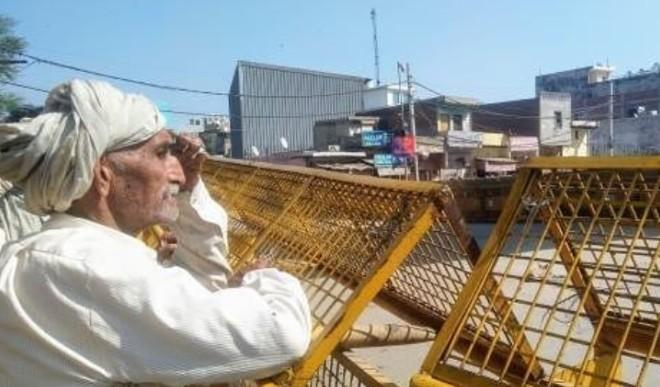 हरियाणा के कांग्रेस विधायकों ने किसानों के प्रति एकजुटता दिखाते हुए बांह पर काली पट्टी बांधी
