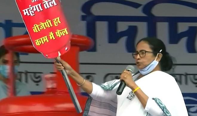 मोदी और शाह सबसे बड़े लुटेरे, परिवर्तन दिल्ली में होगा, बंगाल में नहीं: ममता