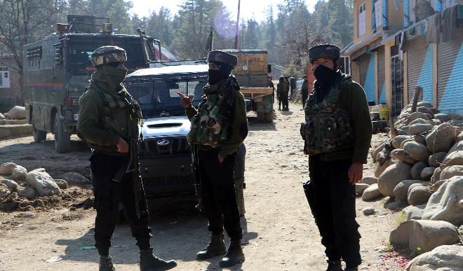 जम्मू-कश्मीर के शोपियां में रातभर चली मुठभेड़ के बाद मस्जिद में छिपे आतंकवादी, दो की मौत