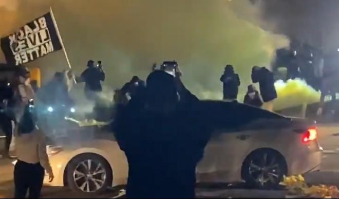 अमेरिका में फिर अश्वेत युवक को पुलिस ने मारी गोली, लोगों ने किया प्रदर्शन