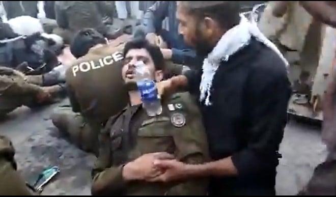 पाकिस्तान में पुलिस और इस्लामवादियों के बीच हुई भयानक मारपीट, घायल पुलिस का वीडियो वायरल
