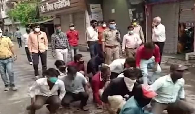इंदौर में कर्फ्यू तोड़ने वालों को बनाया मेंढक फिर तहसीलदार ने मारी लात, वीडियो हुआ वायरल