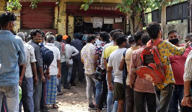 वाराणसी : तन पर पूरे कपड़े नहीं , चेहरे पर मास्क नहीं लेकिन शराब लेने के लिए दुकान के बाहर कतार