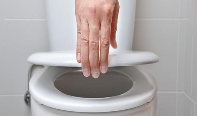 अगर आपके फ्लैट में कोई कोरोना रोगी है, तो क्या वायरस शौचालय के माध्यम से आप तक पहुंच सकता है?