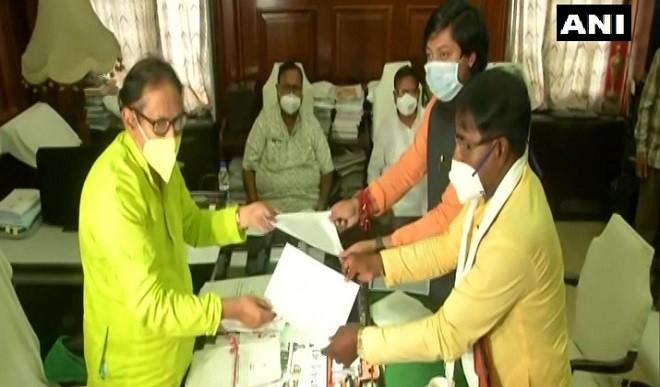 पश्चिम बंगाल के दो भाजपा सांसदों ने विधायक के पद से इस्तीफा दिया