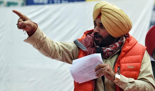 साथियों के कंधों पर बंदूक रखकर चलाना बंद करें पंजाब के मुख्यमंत्री: सिद्धू