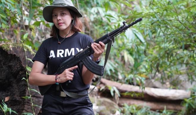 सैन्य जुंटा के खिलाफ म्यांमार की ब्यूटी क्वीन ने उठाई राइफल, कहा- अपनी जान देने के लिए हूं तैयार