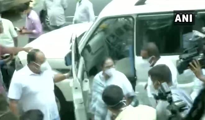 नारदा स्टिंग मामले में TMC नेताओं से पूछताछ, CM ममता बनर्जी CBI दफ्तर पहुंची