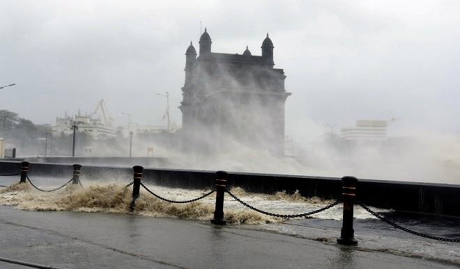 Cyclone Tauktae Update: 114 किलोमीटर प्रति घंटे की रफ्तार से चल रही हवाएं, गुजरात तट से टकराया