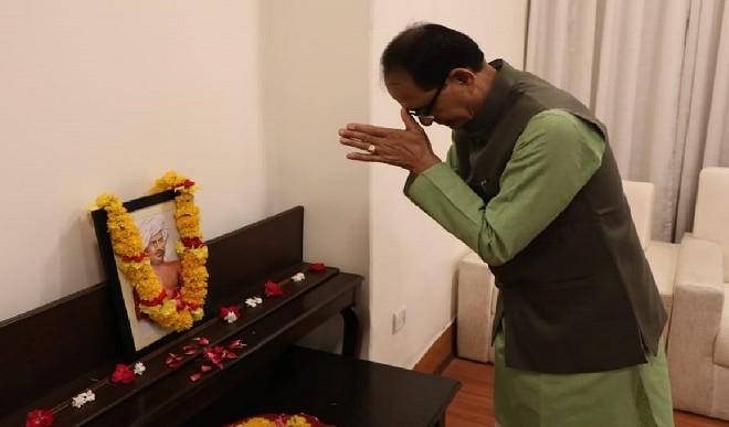 जन-नायक बिरसा मुंडा को मध्य प्रदेश सरकार ने किया याद, मुख्यमंत्री चौहान ने  चित्र पर किया माल्यार्पण