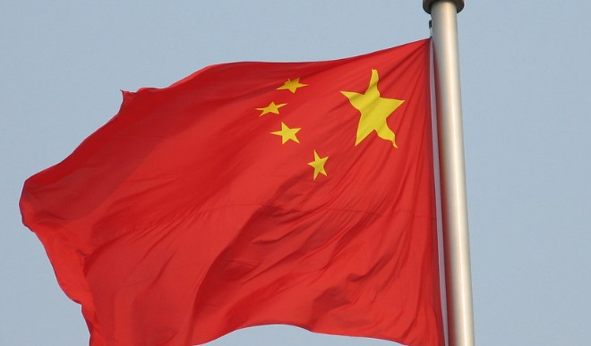 मंगल की धूल भरी चट्टानी सतह पर दिखा चीन का राष्ट्रीय झंडा रोवर और लैंडर
