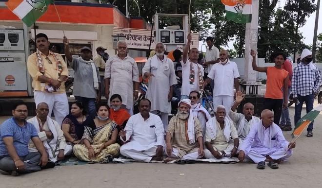 गोरखपुर की ताजा खबरें: पेट्रोल डीजल की बढ़ती हुई कीमतों को लेकर राज्य में कांग्रेस का प्रदर्शन