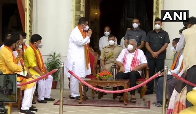 कानून व्यवस्था को लेकर राज्यपाल से मिले शुभेंदु अधिकारी, धनखड़ बोले- बंगाल में अंतिम सांसें गिन रहा लोकतंत्र