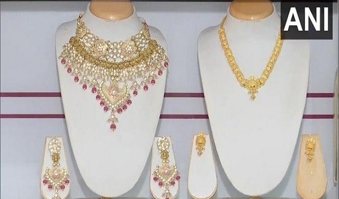 सोना मामूली तेजी के साथ 46,213 रुपये, चांदी गिरावट के साथ 66,389 रुपये पर