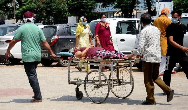 देश में एक दिन में कोविड-19 के 54,069 नए मामले, 1,321 और लोगों की मौत