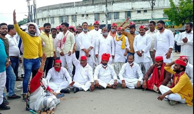 गोरखपुर कलेक्ट्रेट परिसर में नामांकन करने गये समाजवादी धरने पर बैठे