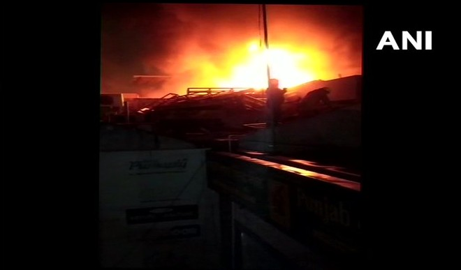 दिल्ली के कीर्ति नगर में फर्नीचर की एक दुकान में लगी आग