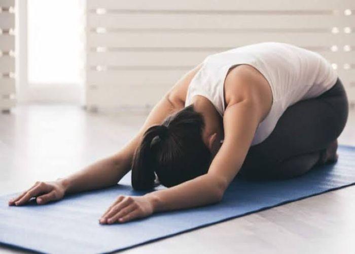 डिलीवरी के बाद हर नई माँ को करने चाहिए ये योगासन, वजन घटाने और कमजोरी दूर करने में मिलती है मदद