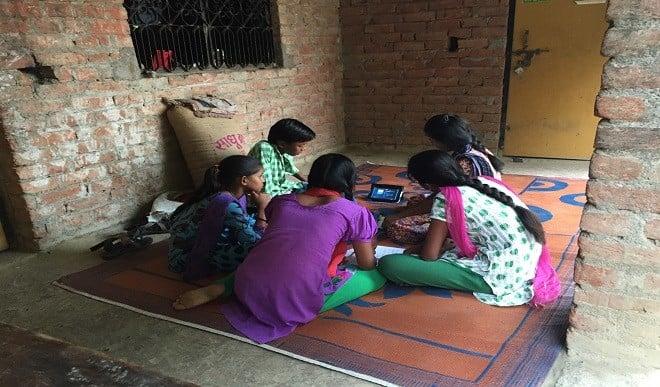 झारखंड की डीजीपी की अनूठी पहल, गरीब बच्चों के लिए बनाया गैजेट बैंक