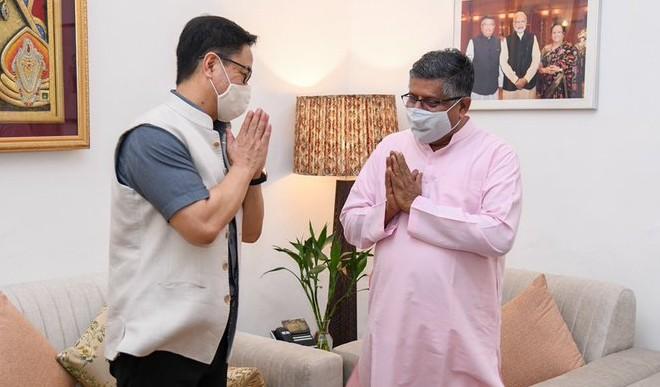 केंद्रीय मंत्रिपरिषद के एक बड़े फेरबदल के बाद नये कानून मंत्री रिजिजू ने रविशंकर प्रसाद से की मुलाकात