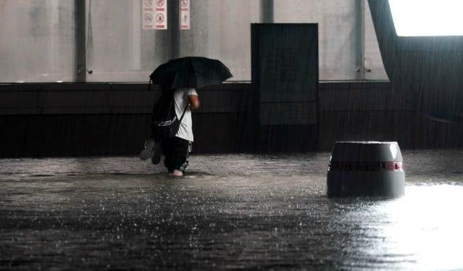चीन में भारी बारिश से सड़को पर भरा पानी, बाढ़ से 12 लोगों की मौत